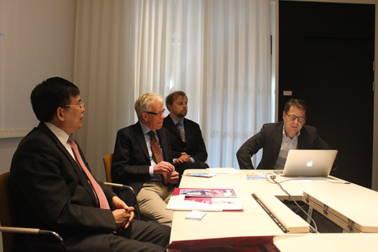 Professor Hans-Gustaf Ljunggren introducing the university to President Liu Liang and the delegations of MUST