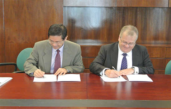 Agreement Singing Ceremony: Dean of School of Business Prof. Lin Zhijun (left) and CIMA Managing Director Mr. Andrew Harding (right)