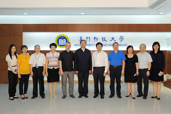 Group photo of Deputy Director Wang Guo Qiang (in the middle) and President Liu Liang (fifth from the right) and others