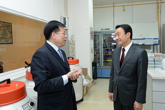 Secretary Tam inspected the State Key Laboratory of Quality Research in Chinese Medicines