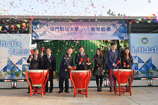 President Liu Liang (middle) led the officiating guests to beat the drums and unveiled the celebration of the University's 17th anniversary